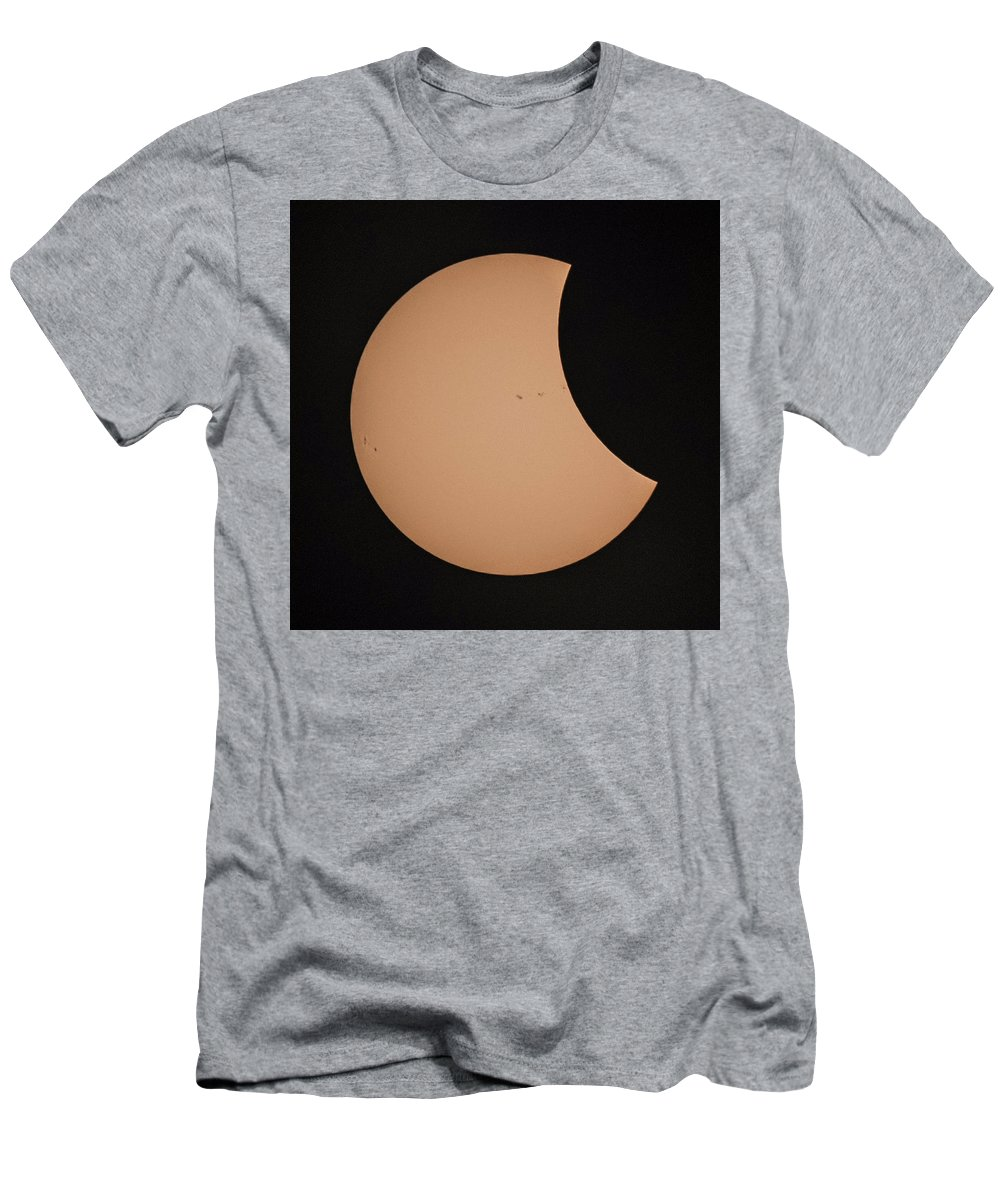 Solar Men's T-Shirt (Athletic Fit) featuring the photograph Solar Eclipse 1333 by William Bitman