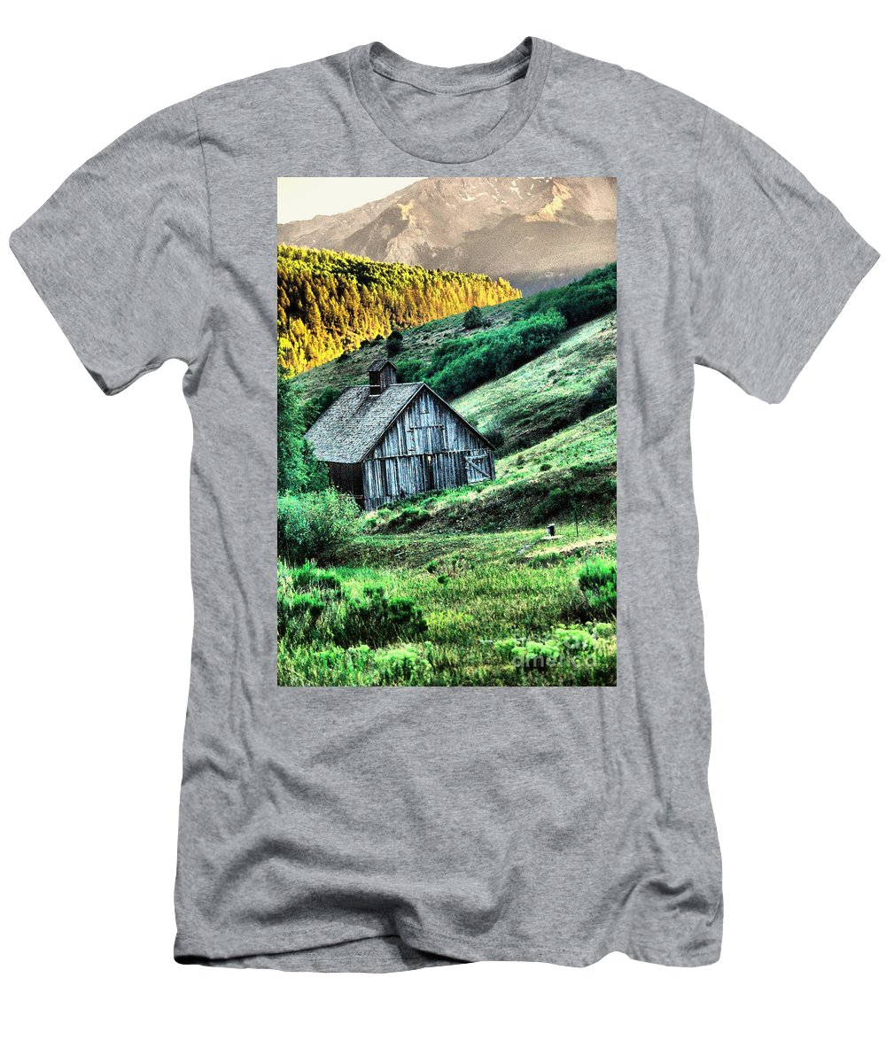 Barn Men's T-Shirt (Athletic Fit) featuring the photograph Barn In Tellerude by Jeff Swan