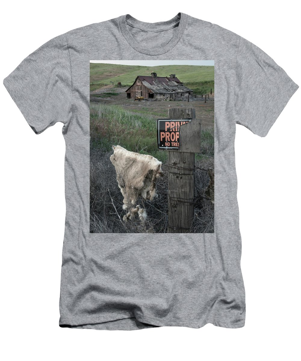 Coyote Men's T-Shirt (Athletic Fit) featuring the photograph Palouse Barn 9916 by Bob Neiman