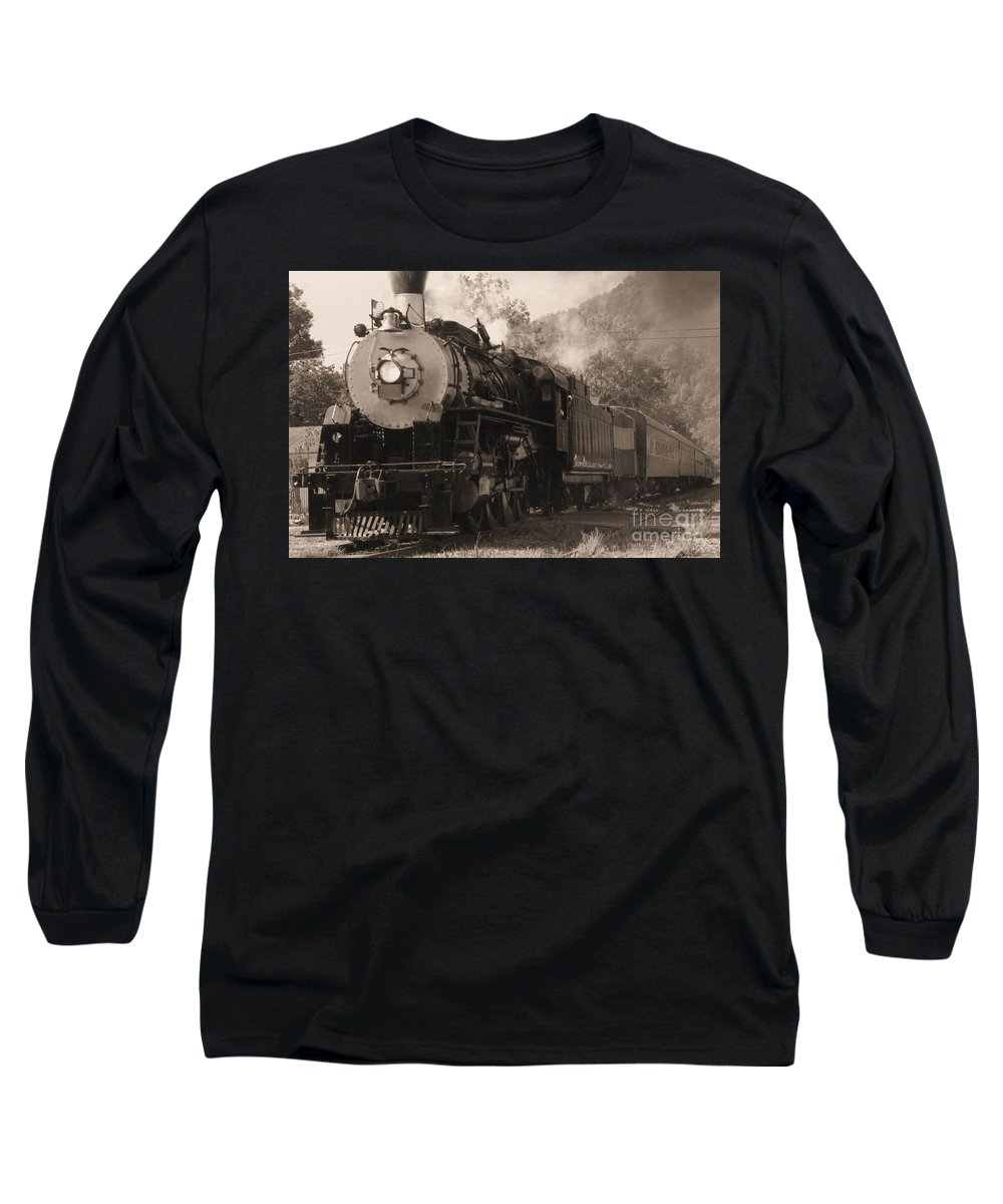 Trains Long Sleeve T-Shirt featuring the photograph Coming Around The Mountain by Richard Rizzo