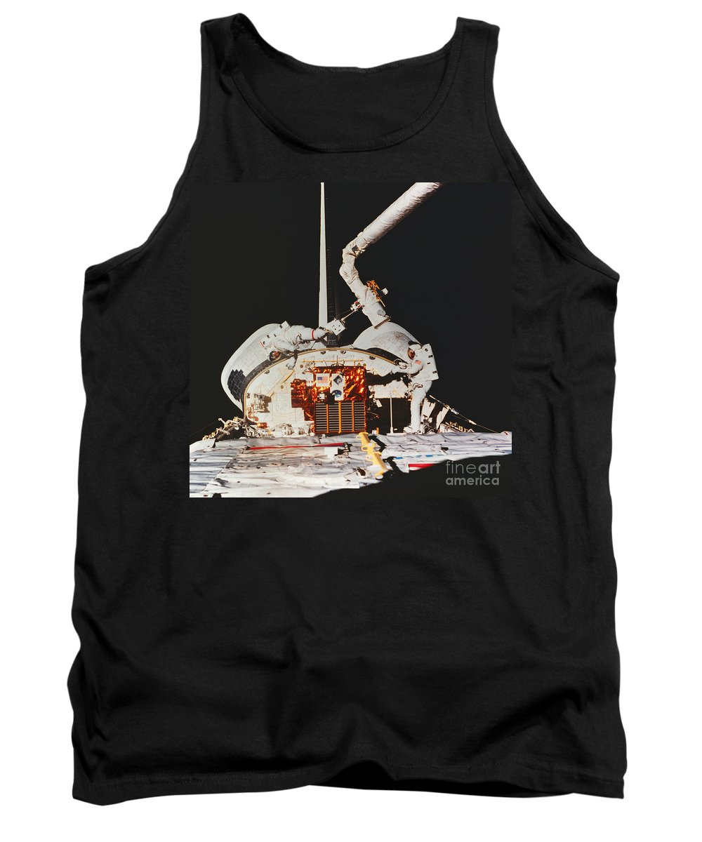 Space Travel Tank Top featuring the photograph Discovery Spacewalk by Science Source