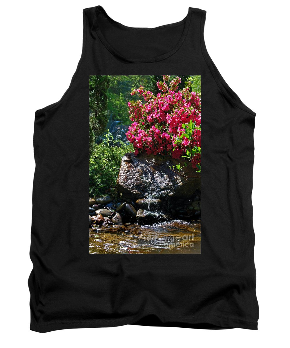Pictures Of Flowers Tank Top featuring the photograph A Pleasing Spot by Skip Willits