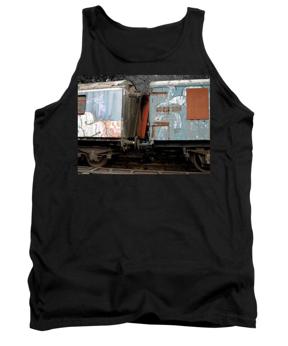 United Kingdom Tank Top featuring the photograph Kissing Cars by Julia Raddatz