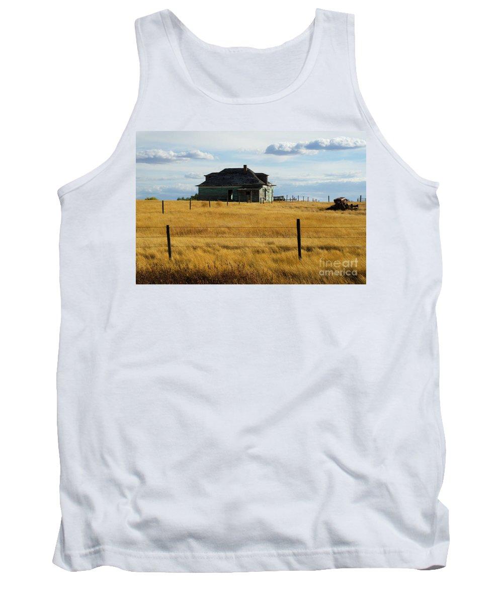 Parkbeg Saskatchewan Tank Top featuring the photograph Abandoned Homestead Saskatchewan by Bob Christopher