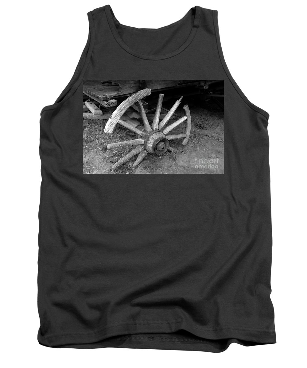 Wagon Wheel Tank Top featuring the photograph Broken Wheel by David Lee Thompson