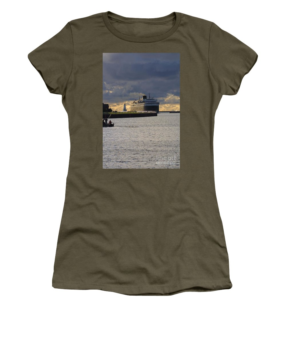 Badger Women's T-Shirt featuring the photograph Ss Badger by Bill Richards