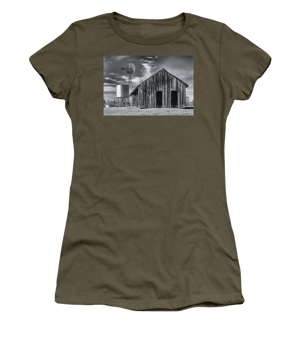 Arizona Women's T-Shirt featuring the photograph Old Barn No Wind by Mark Myhaver