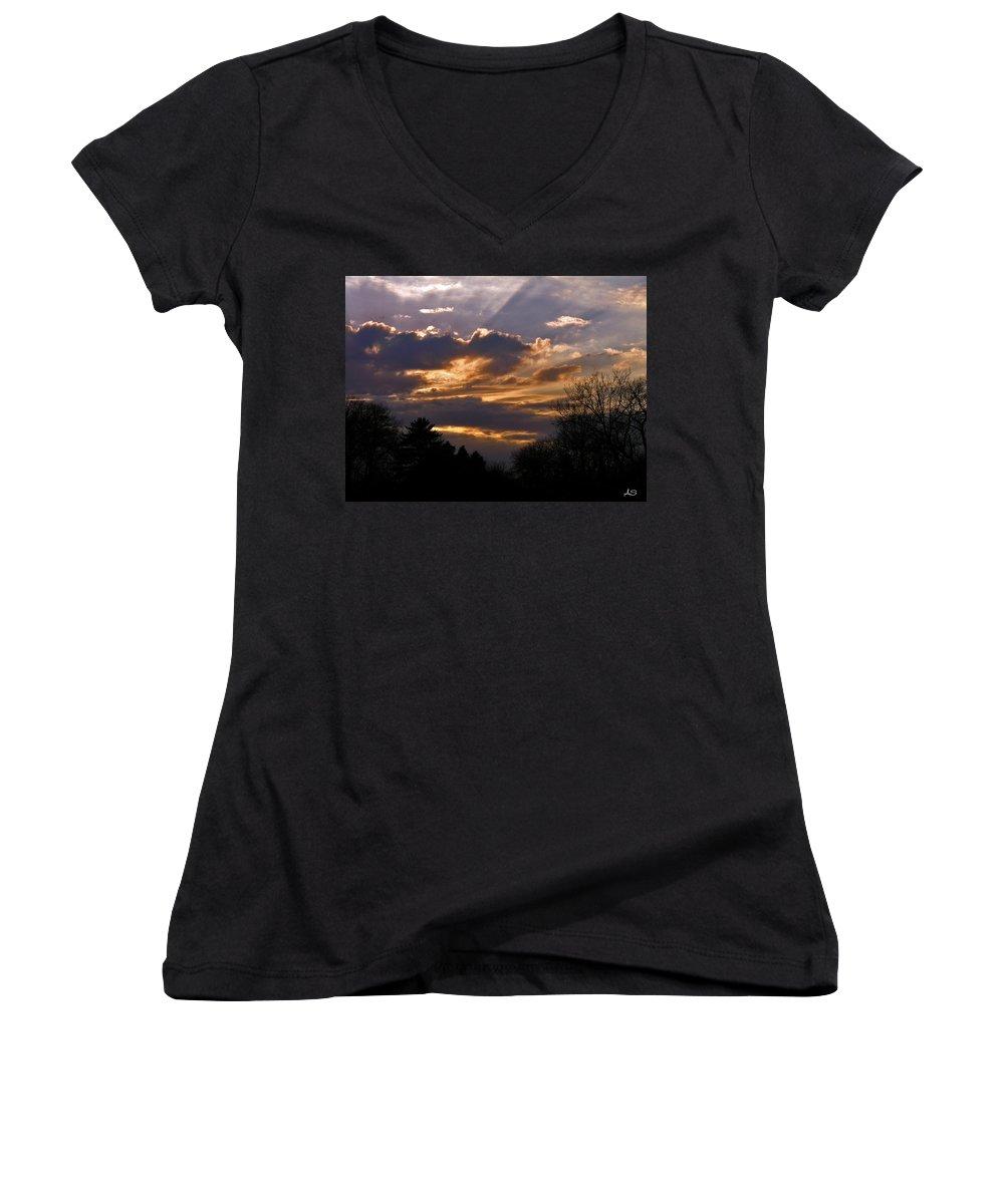 Cloud Women's V-Neck T-Shirt featuring the photograph Crown Cloud by Albert Stewart
