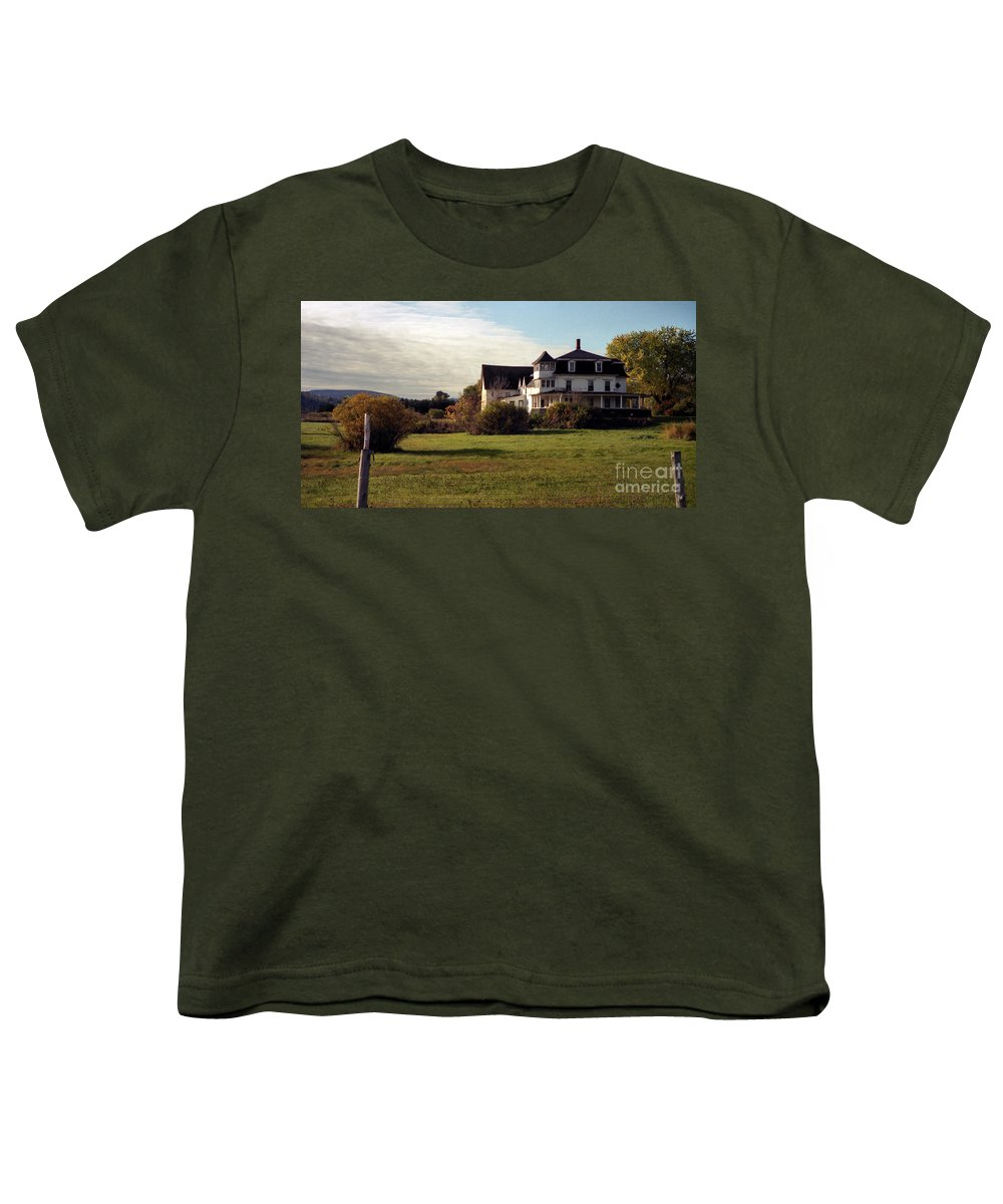 Vermont Youth T-Shirt featuring the photograph Vermont Farmhouse by Richard Rizzo