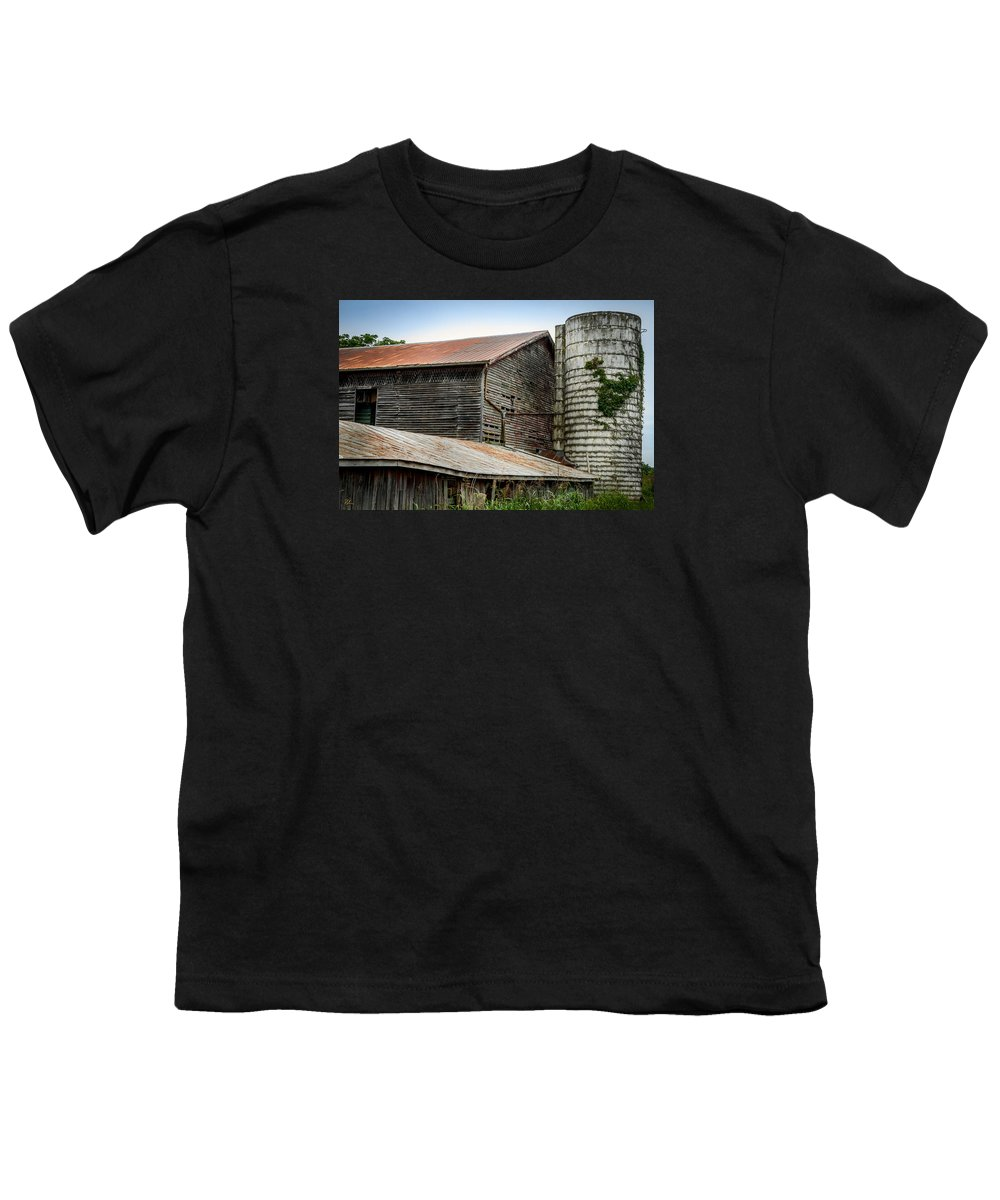 Shenandoah Valley Youth T-Shirt featuring the photograph Abandoned Barn by Pat Scanlon