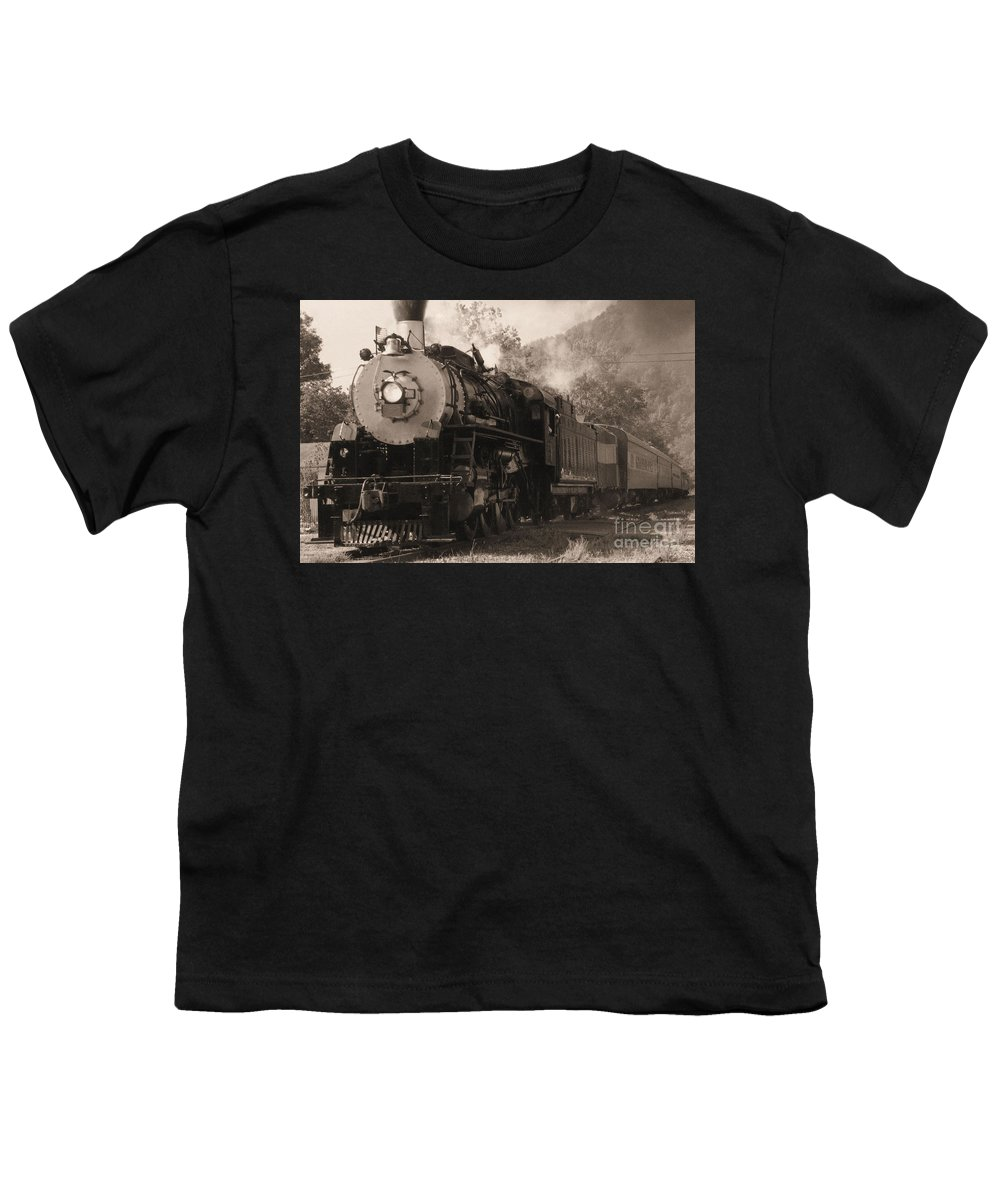 Trains Youth T-Shirt featuring the photograph Coming Around The Mountain by Richard Rizzo
