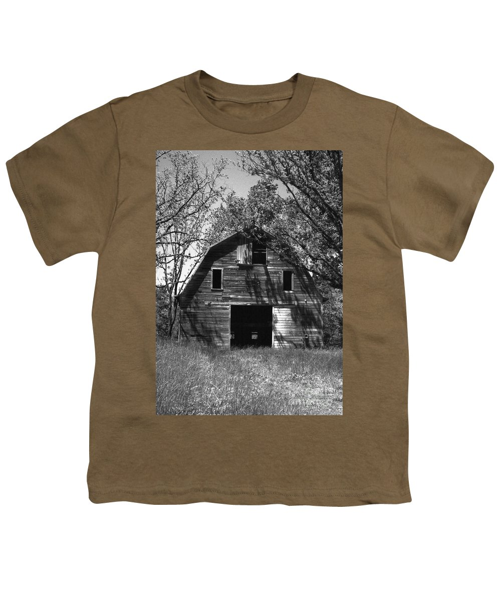 Barrns Youth T-Shirt featuring the photograph Old Cedar Barn by Richard Rizzo