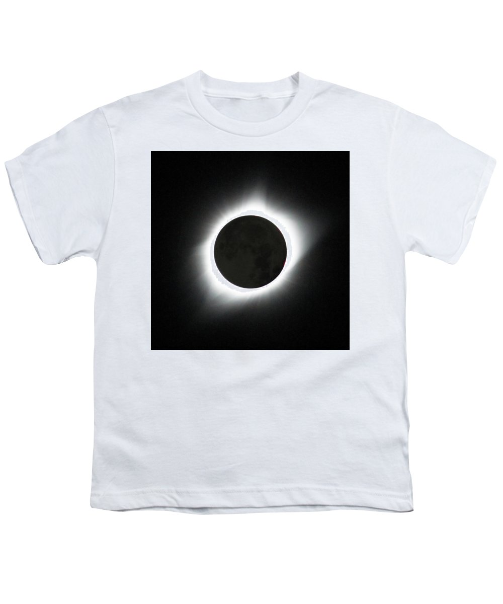Solar Eclipse Youth T-Shirt featuring the photograph The great American Eclipse by Nunzio Mannino