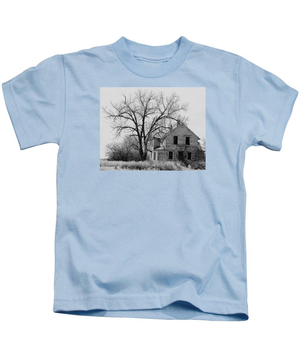 Art Homage Andrew Wyeth Abandoned 1930's Farm House Near Aberdeen South Dakota 1965-2012 Kids T-Shirt featuring the photograph Art Homage Andrew Wyeth Abandoned 1930's Farm House Near Aberdeen South Dakota 1965-2012 by David Lee Guss