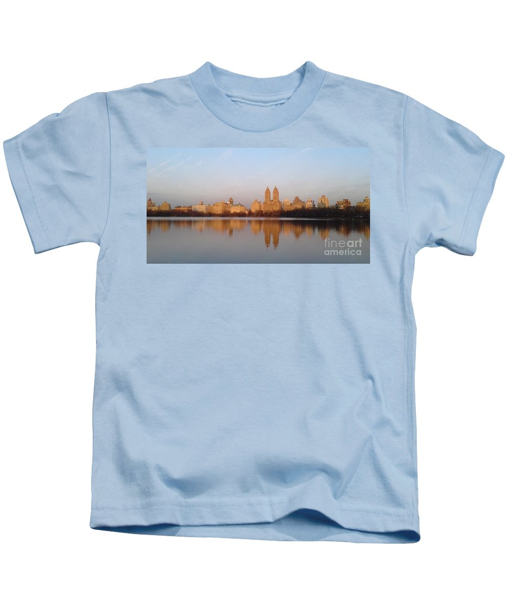 Jacqueline Kennedy Onassis Reservoir Kids T-Shirt featuring the photograph Central Park Daybreak by Michelle Welles