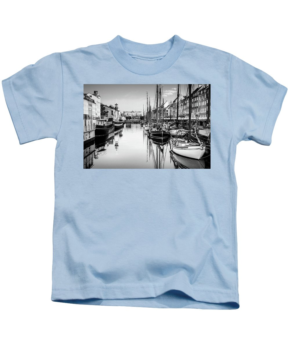 Copenhaga Kids T-Shirt featuring the photograph All Quiet In Nyhavn by Michael Niessen