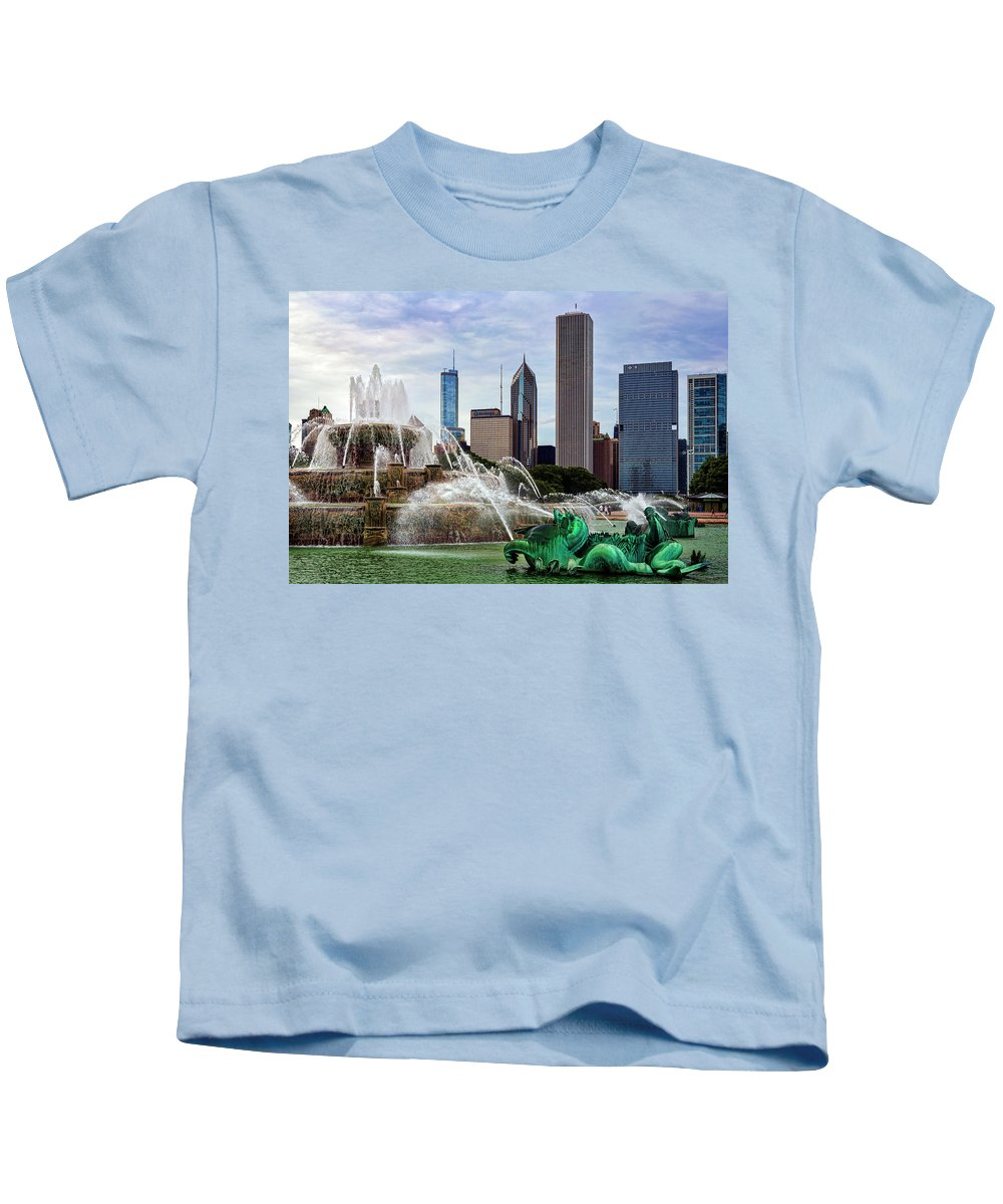 Buckingham Fountain Kids T-Shirt featuring the photograph Buckingham Fountain by Kelley King
