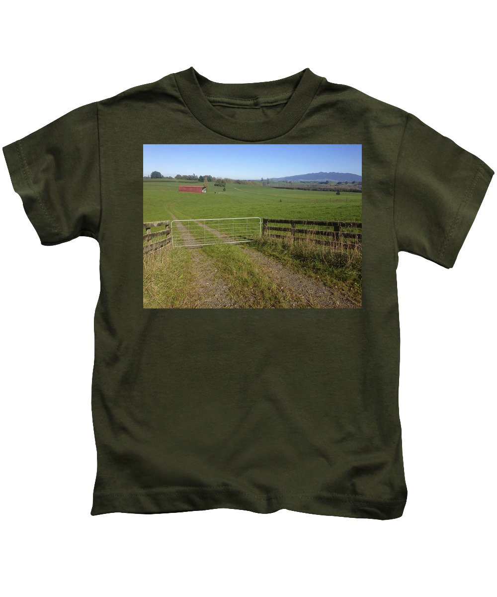 Gate Kids T-Shirt featuring the photograph Old Barn by Les Cunliffe
