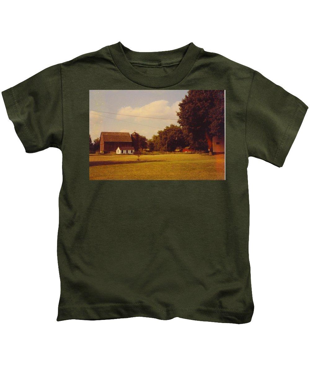 Michigan Barn Kids T-Shirt featuring the photograph Barn by Robert Floyd