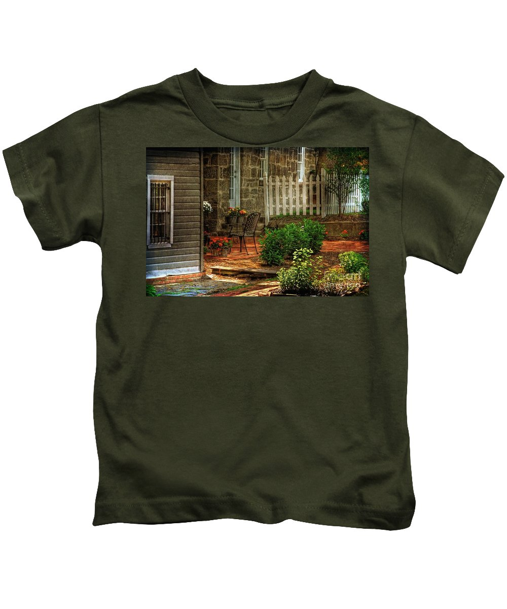 Architecture Kids T-Shirt featuring the photograph A Seat In The Shade by Lois Bryan