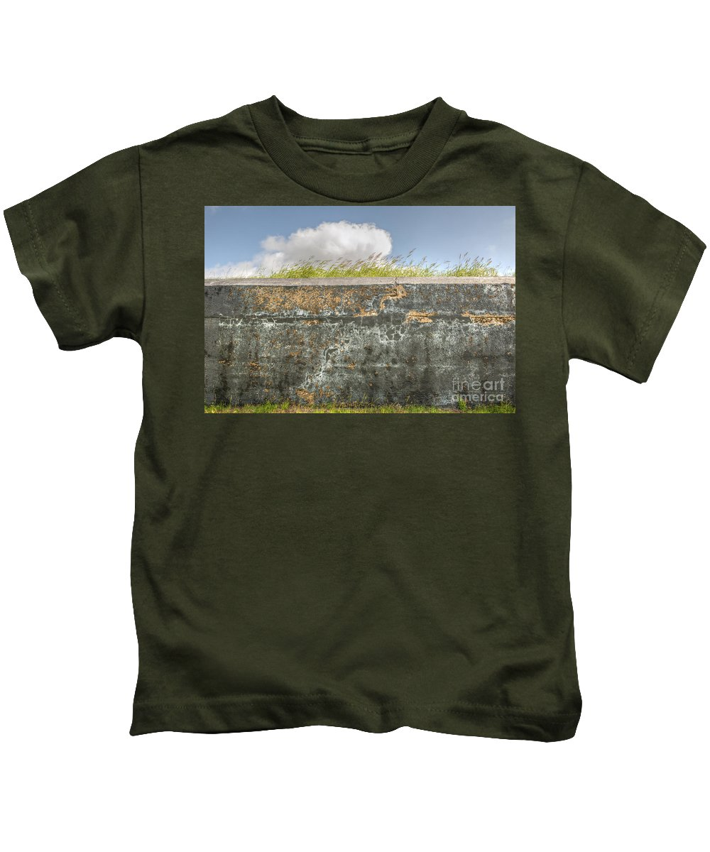 Fort Moultrie Kids T-Shirt featuring the photograph Fourt Moultrie Battery Jasper Wall by Dale Powell