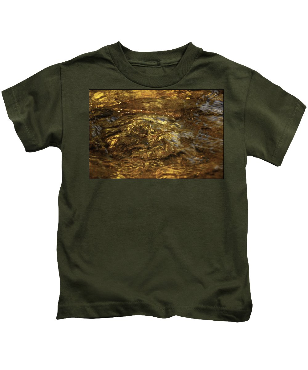 Usa Kids T-Shirt featuring the photograph Natures Fresh Water Fountain by LeeAnn McLaneGoetz McLaneGoetzStudioLLCcom