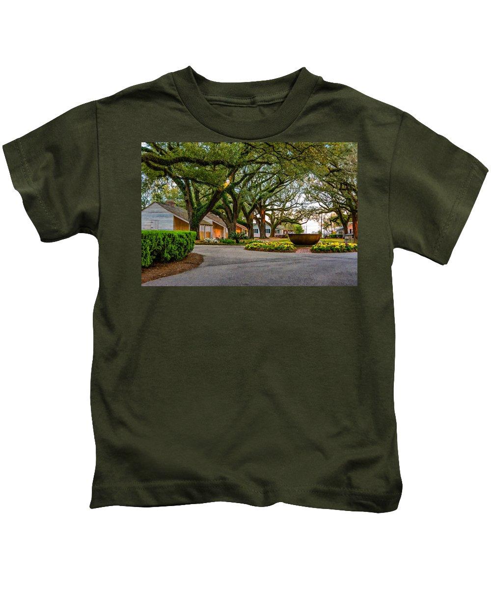 Oak Alley Plantation Kids T-Shirt featuring the photograph Oak Alley Slave Quarters by Steve Harrington