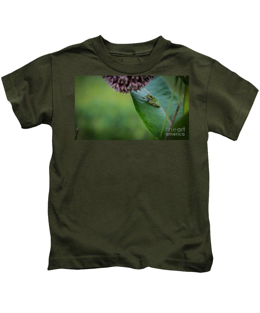 Amphibian Kids T-Shirt featuring the photograph Schlitz Audubon Tree Frog by Andrew Slater
