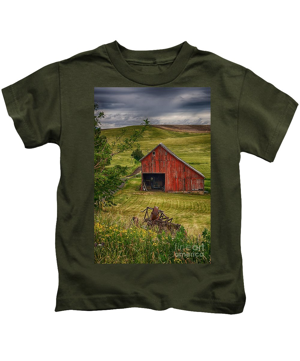 Barn Kids T-Shirt featuring the photograph Unique Barn In The Palouse by Priscilla Burgers