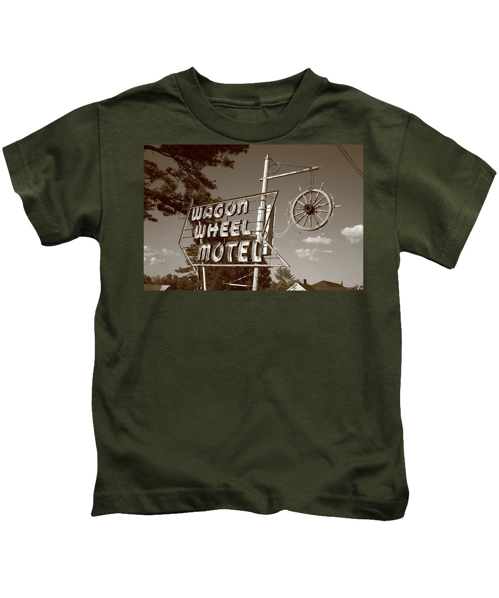66 Kids T-Shirt featuring the photograph Route 66 - Wagon Wheel Motel by Frank Romeo