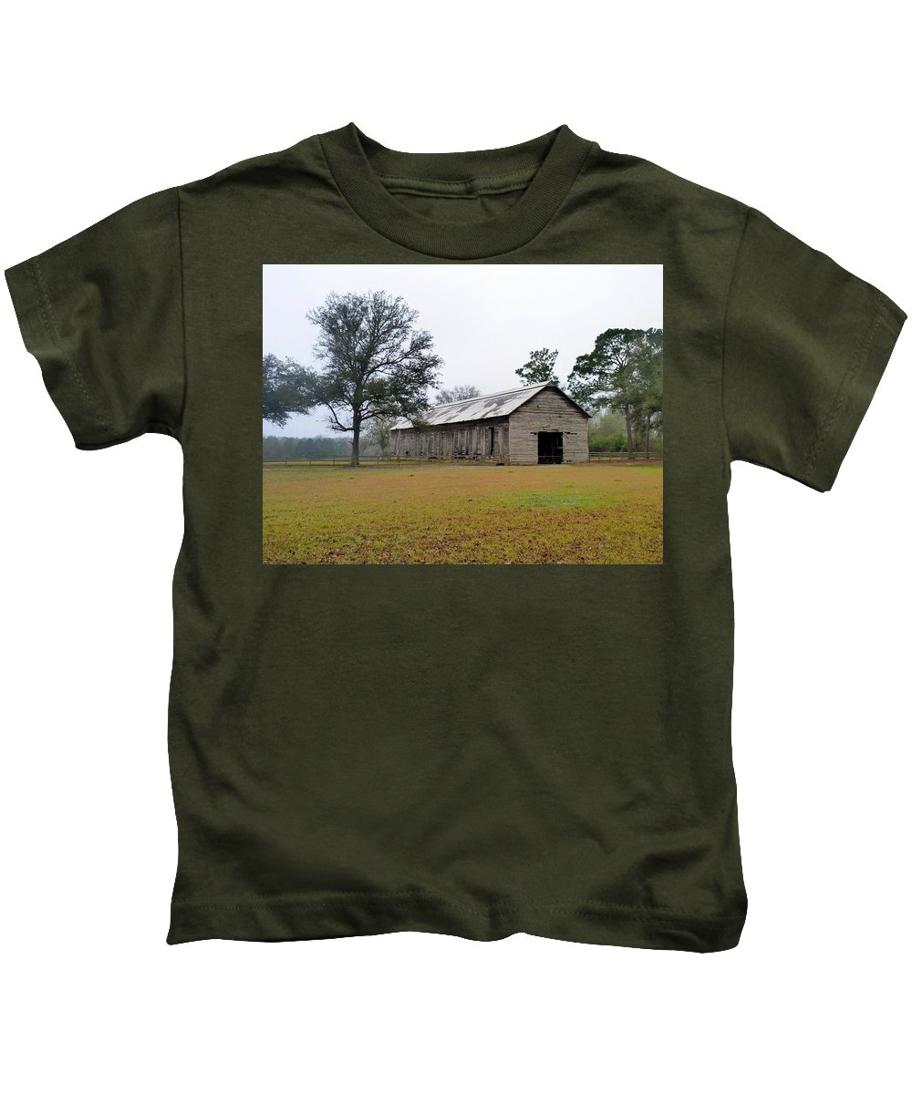 Barn Kids T-Shirt featuring the photograph Tobacco Barn by Carla Parris