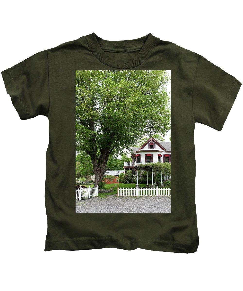 Country Setting Kids T-Shirt featuring the photograph Wild Rose Inn Woodstock by Lorraine Devon Wilke