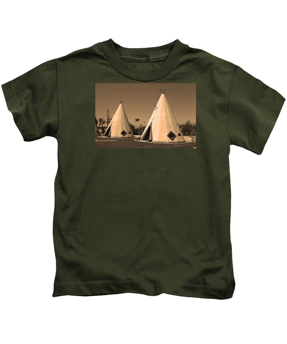 66 Kids T-Shirt featuring the photograph Route 66 - Wigwam Motel by Frank Romeo