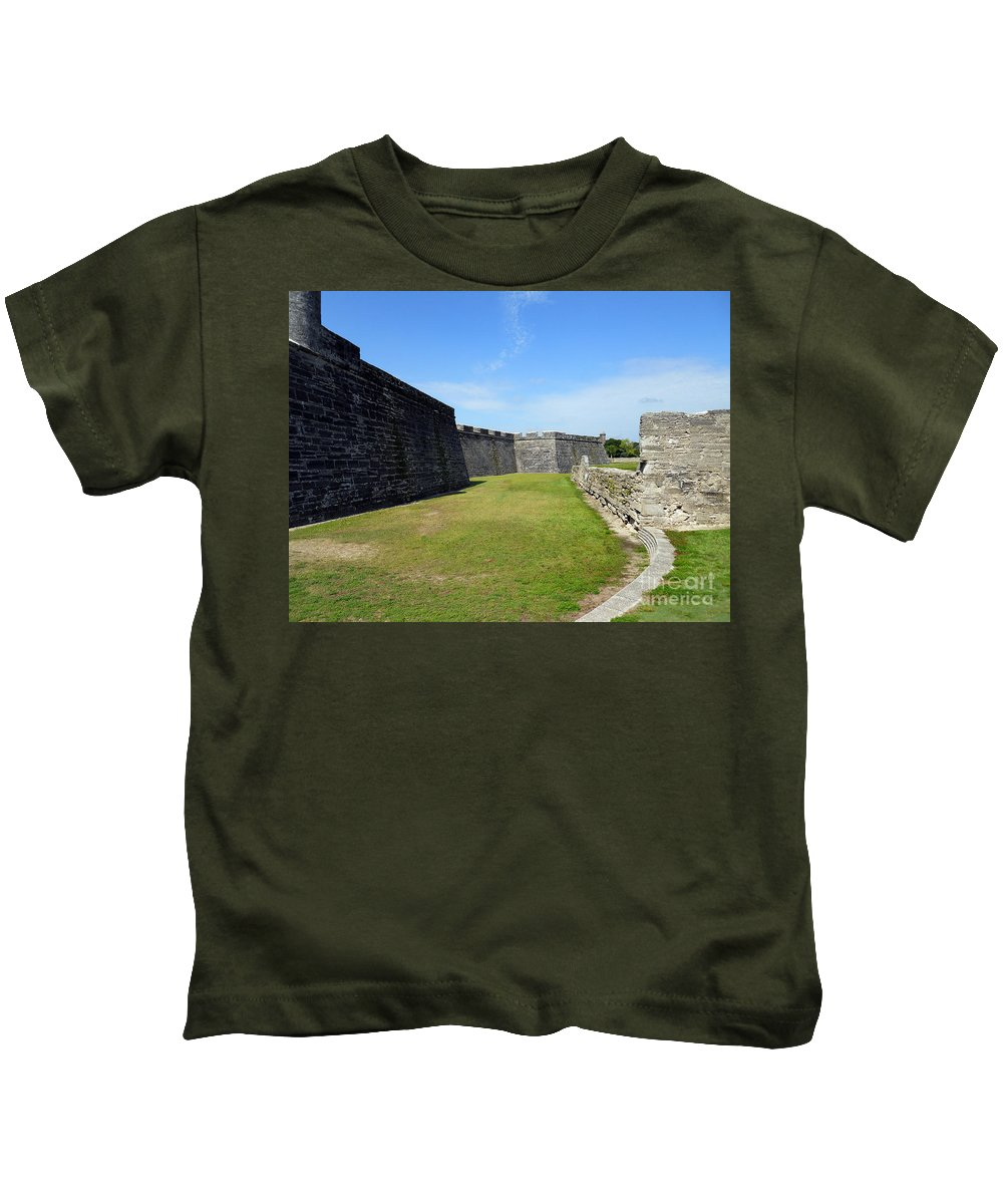 Scenic Tours Kids T-Shirt featuring the photograph Castillo De San Marcos by Skip Willits