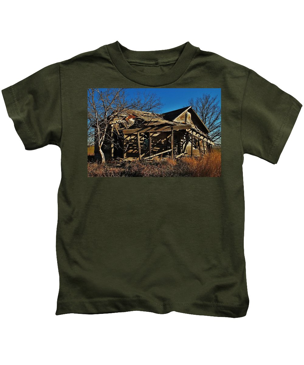Farmhouse Kids T-Shirt featuring the photograph Abandoned Farmhouse In Kansas by Greg Rud
