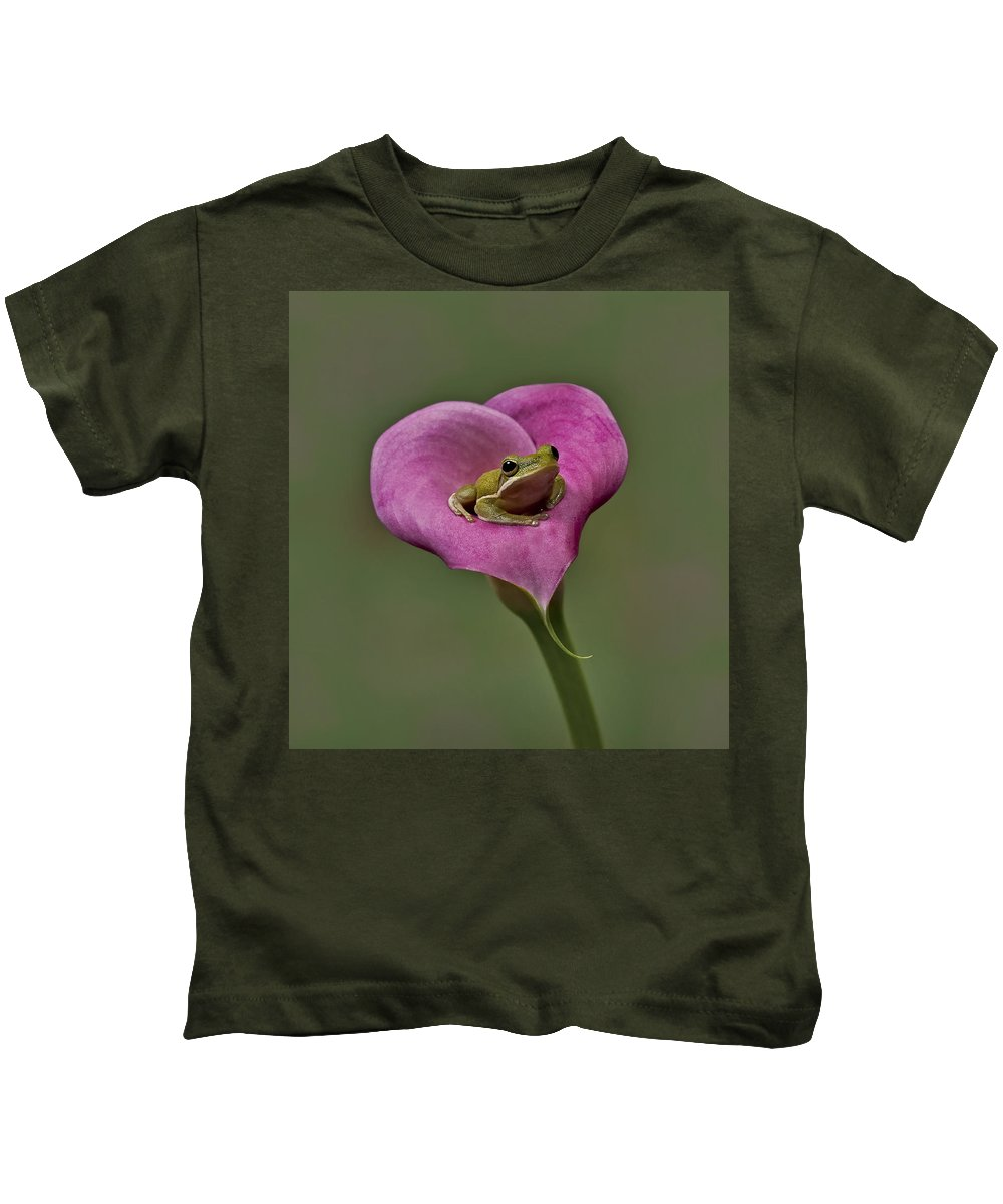 Calla Kids T-Shirt featuring the photograph Kermit Hangs Out by Susan Candelario