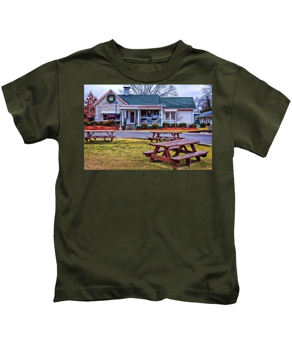 Loveless Cafe Kids T-Shirt featuring the photograph Loveless Cafe by Diana Powell