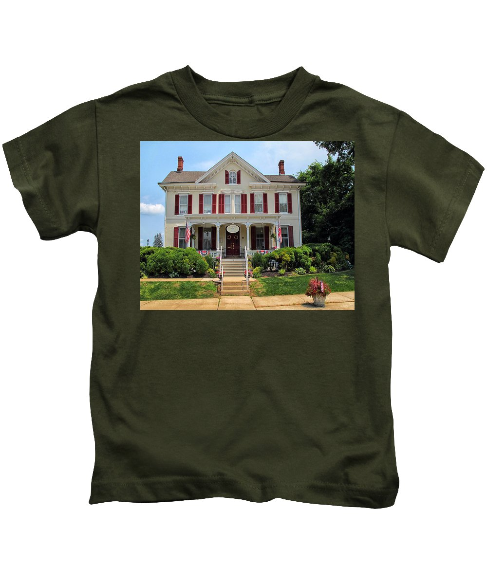 Teaberrys Tea Room Kids T-Shirt featuring the photograph Teaberrys Tea Room by Dave Mills