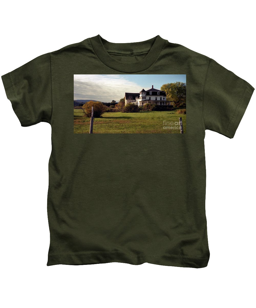 Vermont Kids T-Shirt featuring the photograph Vermont Farmhouse by Richard Rizzo