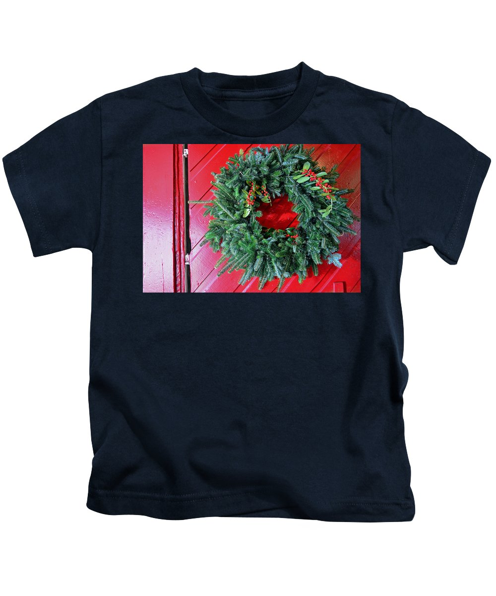Christmas Wreath Kids T-Shirt featuring the photograph Old Mill Of Guilford Door Wreath by Sandi OReilly