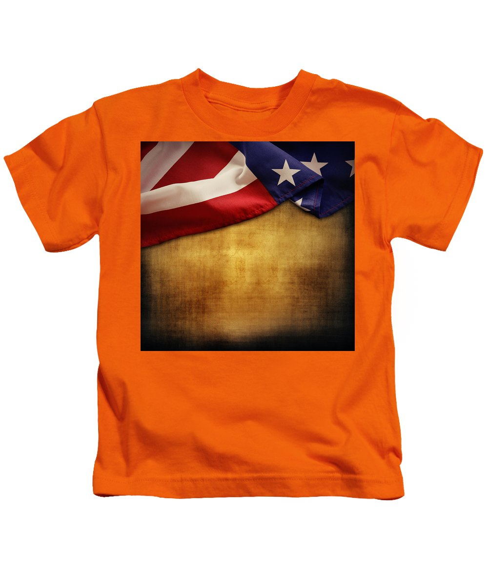 Grunge Kids T-Shirt featuring the photograph American Flag by Les Cunliffe
