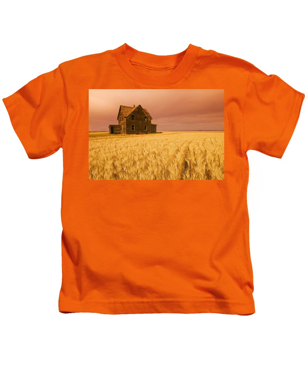 Abandoned Kids T-Shirt featuring the photograph Abandoned Farm House, Wind-blown Durum by Dave Reede