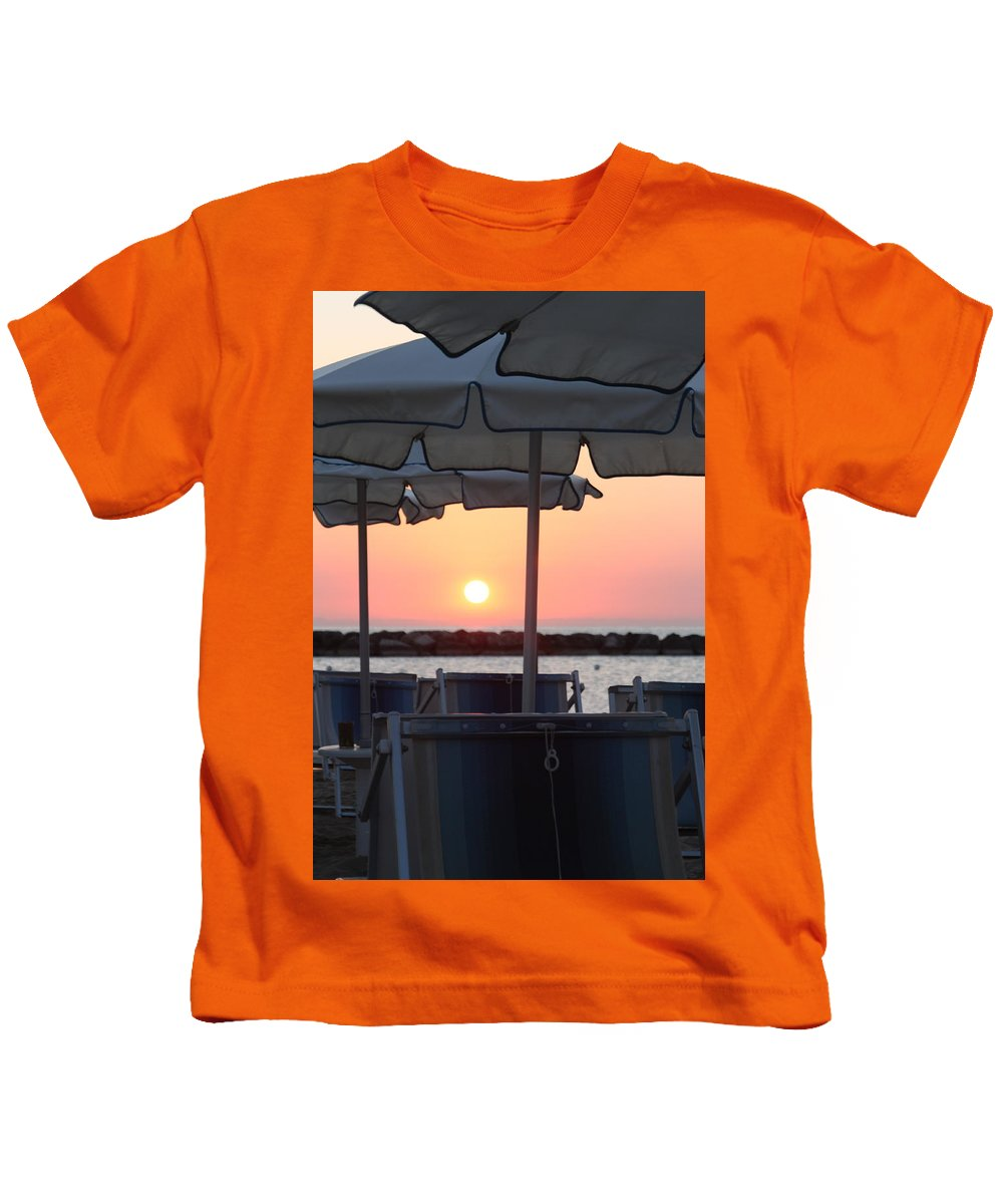 Spiaggia Kids T-Shirt featuring the pyrography Alba Al Mare by Marcello Gennari