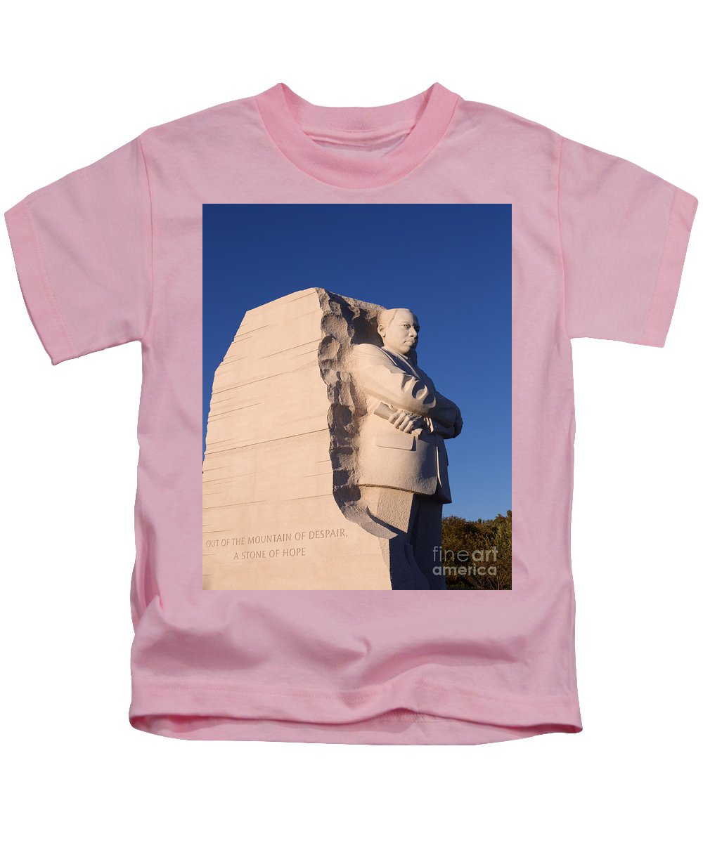 America Kids T-Shirt featuring the photograph Martin Luther King Memorial by Jannis Werner