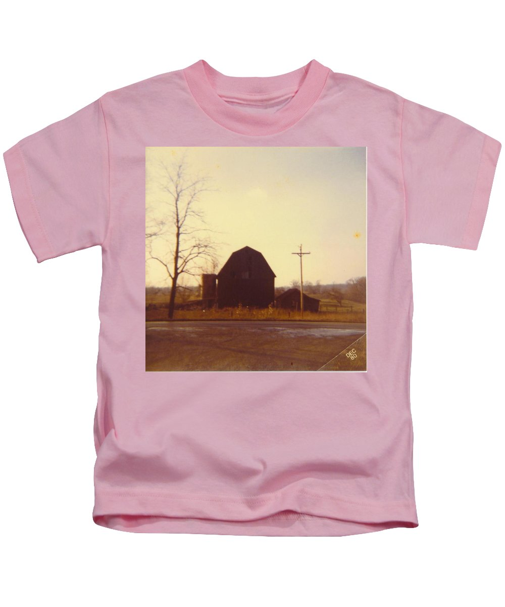 Michigan Barn And Out Building Kids T-Shirt featuring the photograph Barn by Robert Floyd