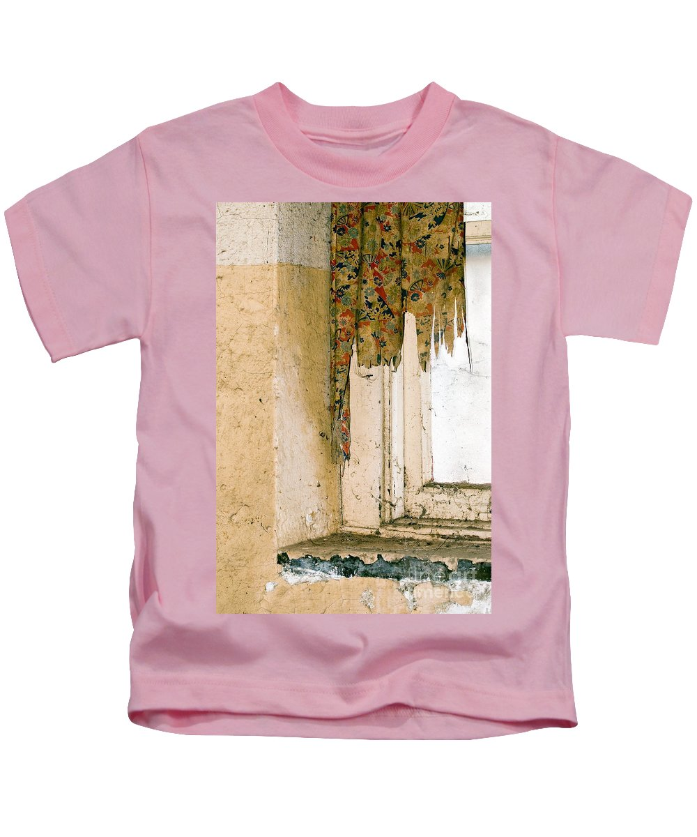 California History Kids T-Shirt featuring the photograph Spider Window by Norman Andrus