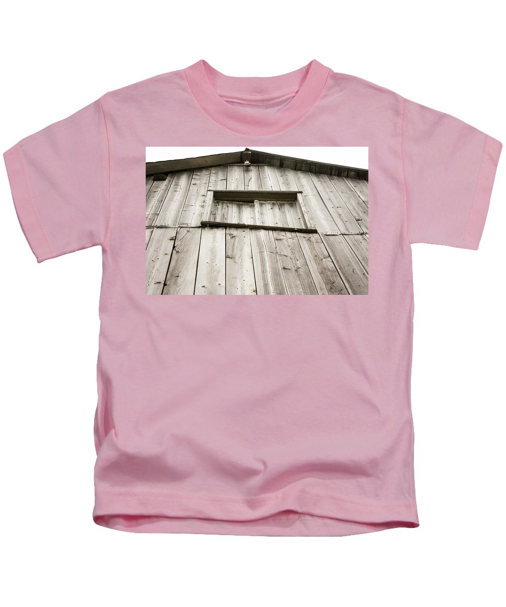 The Peak Of The Amana Farmer's Market Barn Kids T-Shirt featuring the photograph The Peak Of The Amana Farmer's Market Barn by Cynthia Woods
