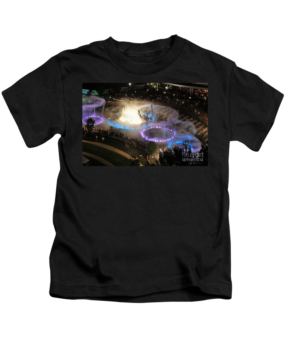 Scioto Mile Kids T-Shirt featuring the photograph D101l-216 Scioto Mile Riverfront Park Fountain Photo by Ohio Stock Photography