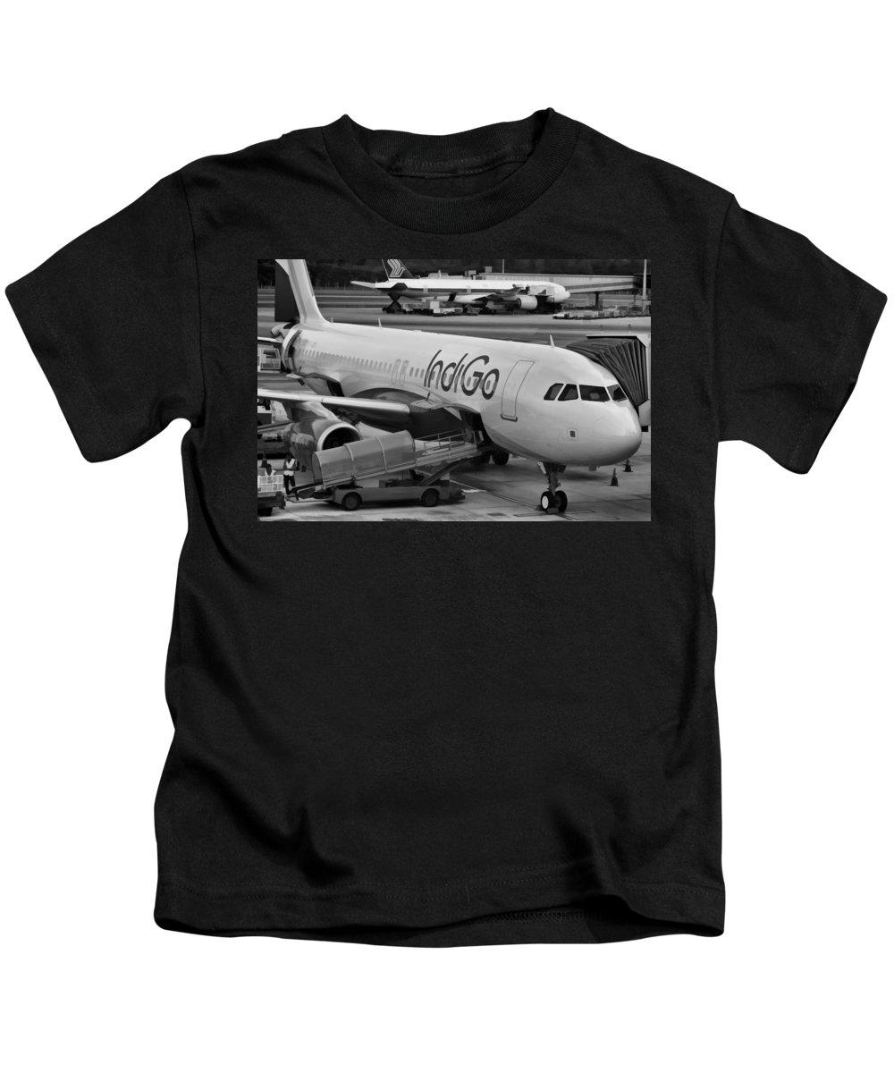 Aerobridge Kids T-Shirt featuring the photograph Indigo Aircraft Getting Ready In Changi Airport by Ashish Agarwal