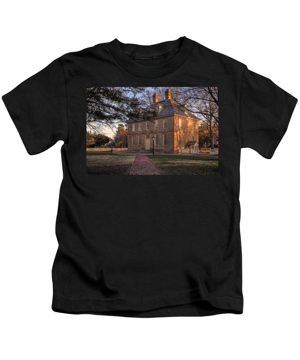 Brafferton Kids T-Shirt featuring the photograph Brafferton At William And Mary College by Jerry Gammon